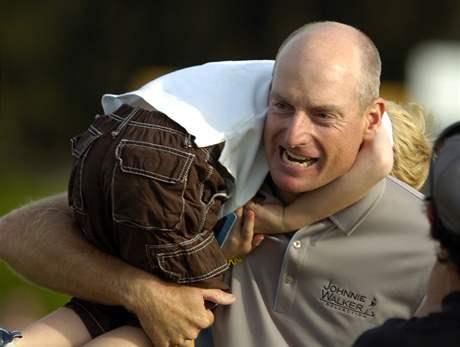 Jim Furyk se raduje se svým synem z vítězství na Verizon Heritage