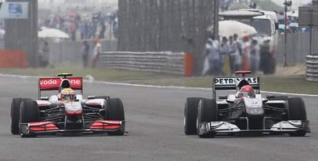 Lewis Hamilton na McLarenu (vlevo) předjíždí Michaela Schumachera z týmu Mercedes.
