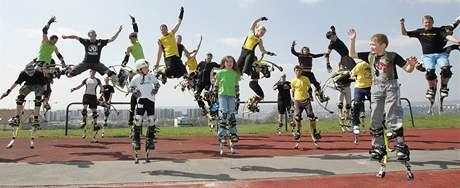 Závod ve skákání na speciálních botech na ZŠ Horníkova v Brně. Soutěžilo se ve skoku do dálky, do výšky, v trojskoku i v běhu. Závodníci předváděli i speciální triky.