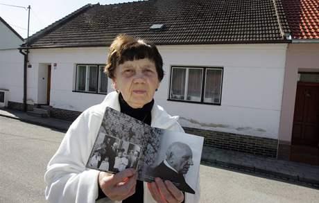 Zemřel kardinál Tomáš Špidlík. Příbuzná kardinála Špidlíka - Ludmila Švandová u rodného domu, v rukou drží almanach vydaný k 80. narozeninám Špidlíka.