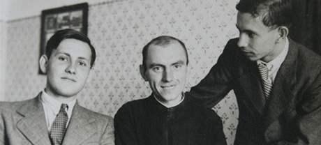 Zemřel kardinál Tomáš Špidlík. Archivní rodinné foto (Špidlík uprostřed).