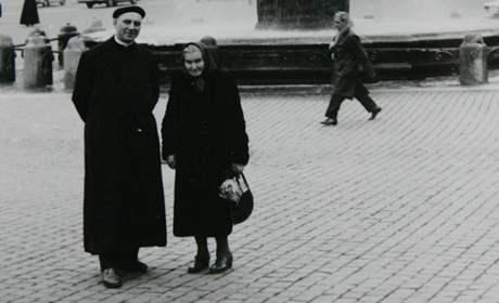 Zemřel kardinál Tomáš Špidlík. Archivní rodinné foto - s maminkou v Římě.