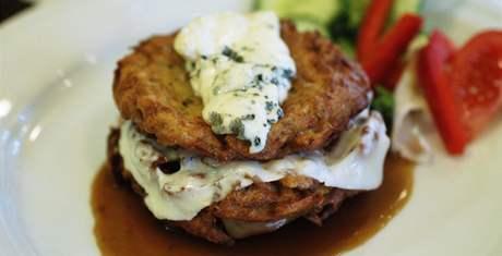 Restaurace Dobrá chvíle v Neslovicích - bramboráčky bez česneku, za to netradičně se sýrem.