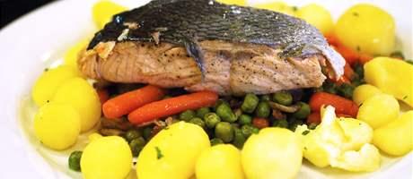 Restaurace Dobrá chvíle v Neslovicích - výtečný pošírovaný losos na teplé zelenině.