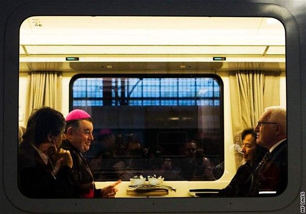 Prezident Václav Klaus jede s man�elkou Livií, premiérem Janem Fischerem a arcibiskupem Dominikem Dukou vlakem na poh�eb polského prezidenta. (18. dubna 2010)