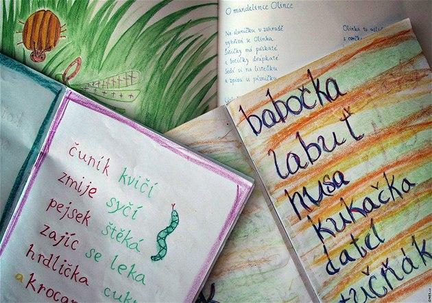 D�ti na základních �kolách se u�í nový styl psaní abecedy.