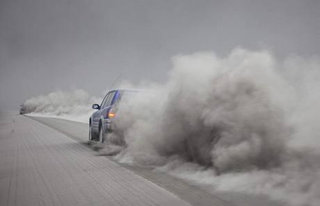 Auto projíždí prachem usazeným pod sopkou Eyjafjallajokull na Islandu. (16. dubna 2010)