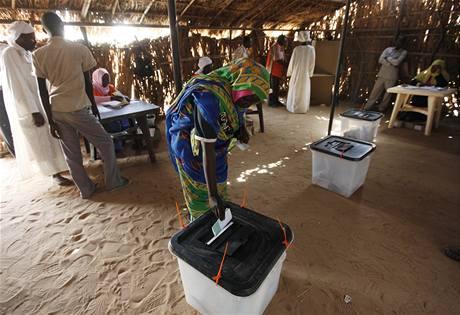 Žena vhazuje svůj volební lístek do urny. Rozduje o súdánském prezidentovi i o parlamentu