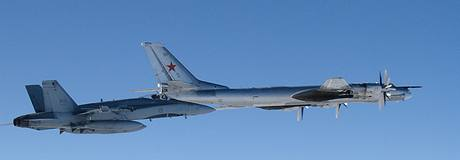 Ruský bombardér Tu-95 pod dozorem stíhačky F/A-18 kanadských vzdušných sil.