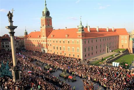 Smuteční průvod směřuje s rakvemi prvního páru Polska z prezidentského paláce do katedrály sv. Jana Křtitele (17. ledna 2010)