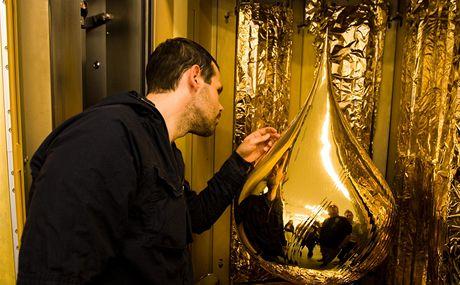 Zlatá slza Federika Díaze (na snímku) vzniká ve speciálním stroji