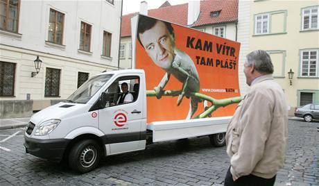 David Rath (ČSSD) jako chameleon na předvolebním billboardu v centru Prahy. (15. dubna 2010)