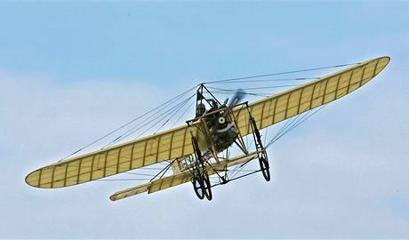 V den stého výročí prvního letu Jana Kašpara vzlétl v Pardubicích letec Petr Mára na letounu Blériot XI. (16. dubna 2010)