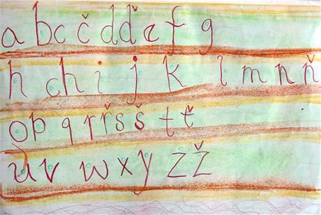 Děti na základních školách se učí nový styl psaní abecedy.