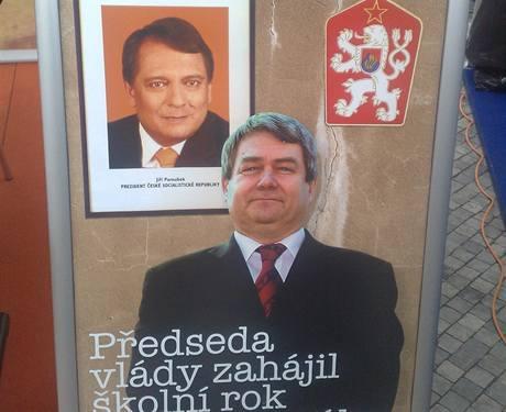 Na mítinku ODS byla k vidění i tato koláž, v níž konzervativci varují před spojením Jiřího Paroubka s komunisty.