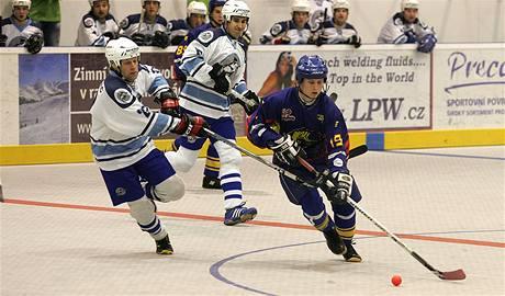 PLAY-OFF ZAČALO. Hokejbalisté Plzně (v bílém) úvodních dva domácí zápasy s pražským Kert Parkem zvládli