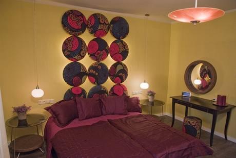 Ložnici dominují čalouněné obklady za postelí