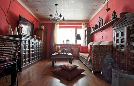 Výrazné tapety a podlaha rámují nevšední interiér s javorovou vyřezávanou skříní i s nábytkem z banánovníků a palem