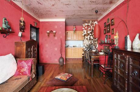 Obývací prostor odděluje od kuchyně pouze perleťový závěs