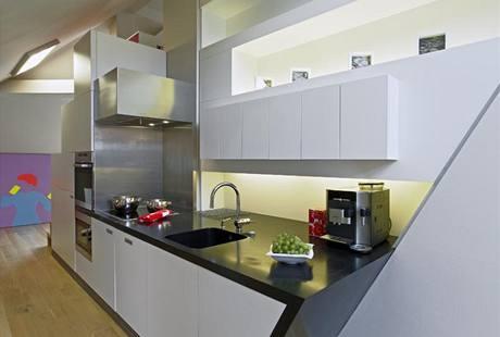 Kuchyně je přizpůsobená dynamice prostoru, boční stěna je zkosená