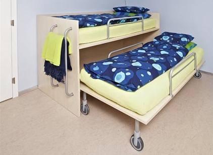 Matěj má patrovou postel (pro případné přespání kamarádů) í s výsuvným lůžkem. Opět bylo zvoleno pojízdné provedení pro rychlý a důkladný úklid.
