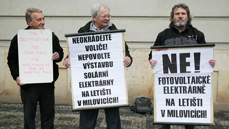 Demonstrace před krajským úřadem proti solárním elektrárnám .