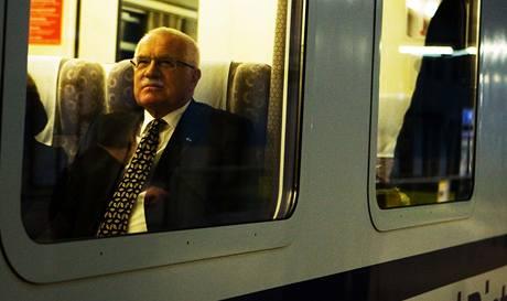 Prezident V�clav Klaus jede s man�elkou Livi�, premi�rem Janem Fischerem a arcibiskupem Dominikem Dukou vlakem na poh�eb polsk�ho prezidenta. (18. dubna 2010)