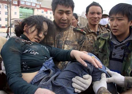 Čínští záchranáři vytahuji z trosek obětí ničivého zemětřesení (15. dubna 2010)
