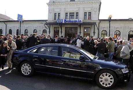 �esk� prezident V�clav Klaus si na bohum�nsk�m n�dra�� p�esed� do limuz�ny, kter� ho odveze na poh�eb polsk�ho prezidenta do Krakova (18. dubna 2010)