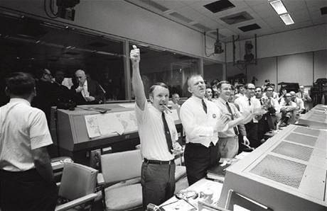 Řídící středisko v Houstonu slaví šťastné přistání posádky Apolla 13