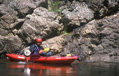 Austrálie, splouvání Snowy River. Nabíráme vodu u skalního pramene