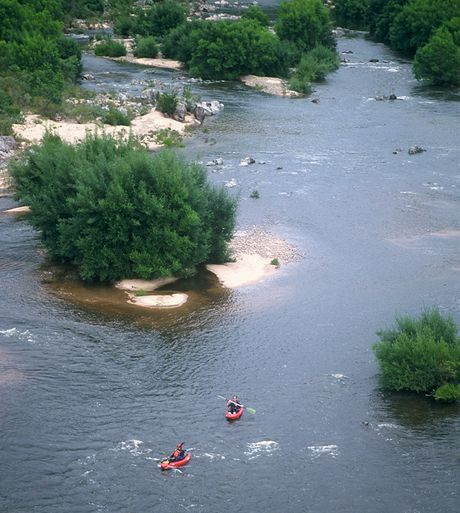 Austrálie, splouvání Snowy River. Řeka u McKillopova mostu