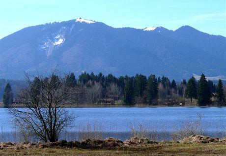 Jezero Staffelsee nedaleko Uffingu, v pozadí hřeben nad Oberammergau (jižní Bavorsko)