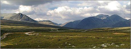 Norsko, Národní park Rondane, pohled od parkovistě Spranhaugen směrem k Rondslotett