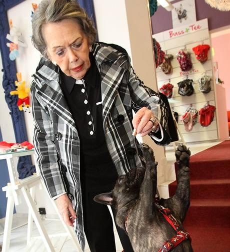 Jiřina Jirásková vybírá obleček pro fenku