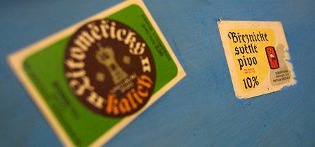 Čas si pozorovatelé krátili i vylepováním pivních etiket.