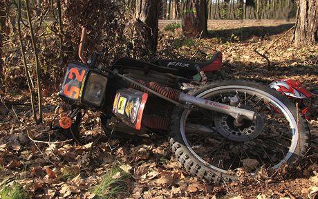 Stroj skončil mezi stromy daleko od silnice.