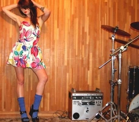 V aktuálních kolekcích módních návrhářů jsou ponožky či podkolenky  v sandálech in