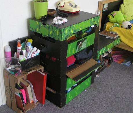 Praktický stůl ze dveří, nábytek z krabic od rajčat