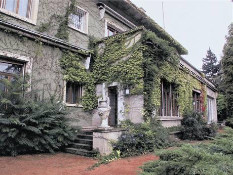 Část vily, kde bývala knihovna, jídelna a přijímací salon, působí             zachovale, ale rekonstrukce je nevyhnutelná