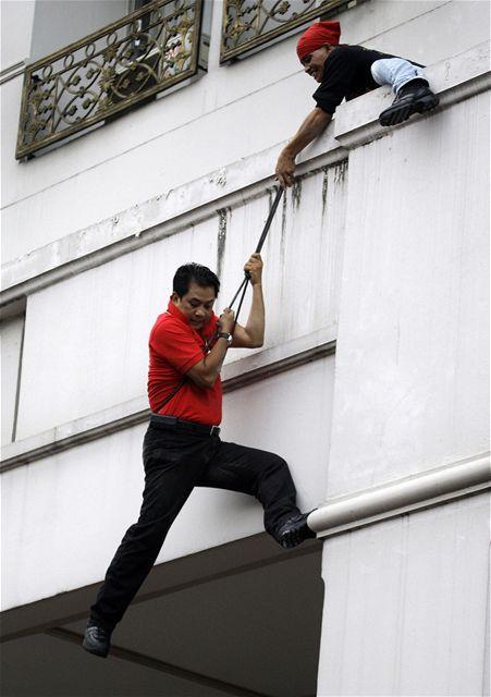 Vůdce thajských demonstrantů prchá na laně z hotelu