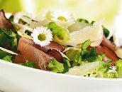 Jarní salát s prosciuttem, parmazánem a chudobkami.