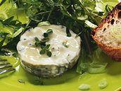 Pampeliškový salát s ovčím sýrem.
