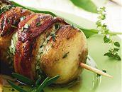 Houbové špízy plněné medvědím česnekem a měkkým bylinkovým sýrem.