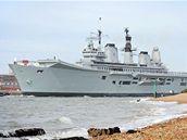 Vojenská loď HMS Ark Royal v britském přístavu Portsmouth, která jede ke španělským břehům vyzvednou britské občany, kteří kvůli ochromené dopravě uvázli v Evropě.