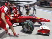 Felipe Massa ze stáje Ferrari vyjíždí z boxů na na trať Velké ceny Číny.