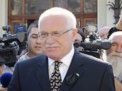 Český prezident Václav Klaus si na bohumínském nádraží přesedá do limuzíny, která ho odveze na pohřeb polského prezidenta do Krakova (18. dubna 2010)