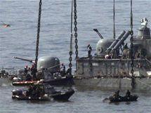 Jižní Korea vylovila trosky potopené lodi Čchonan (15. dubna 2010)