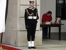 Lidé vyjadřují svou soustrast v kondolenční knize před prezidentským palácem ve Varšavě. (10.4.2010)