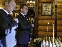 Premiér Ruska Vladimir Putin s prezidentem Dmitrijem Medveděvem projevují soustrast nad pádem letadla, v němž zemřela elita Polska včetně prezidenta Kaczynského.